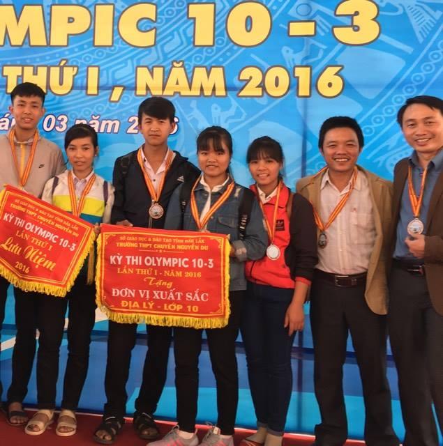 Em Trịnh Lê Hùng Vương ( người đứng ngoài cùng bên tay trái) chụp cùng thầy cô và các bạn đi dự Kì thi Olimpic 10.3 lần thứ nhất năm 2016